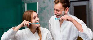 Periajul dinților în fiecare dimineață.